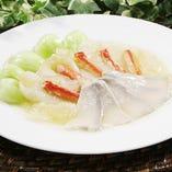 チリ産アワビ(ロコ貝)、蟹肉、キヌガサ茸のフカヒレ入り上湯煮込み