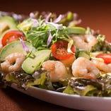 鮮魚のカルパッチョサラダ仕立て。女性からも大人気!