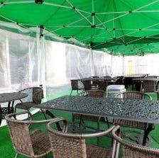 雨でも安心の屋根付きテラス席 ※一部テントエリアのみ