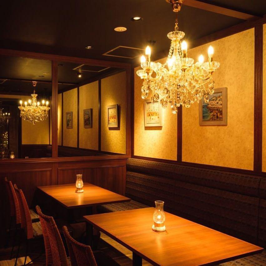 ゴージャスな内装に囲まれゆったりお食事をお楽しみください