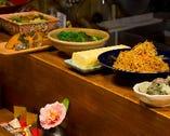 日替わりの「おまかせ小鉢」はカウンターの大皿から盛りつけ。