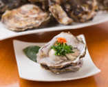 冬には牡蠣を広島から取り寄せる。生で食べたりフライにしたり。
