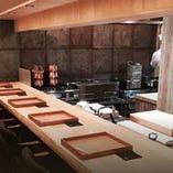 【カウンター席】じっくりと、日本料理に舌鼓を打つ。