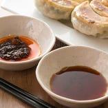 食べるラー油をベースにしたピリ辛のタレとニンニク入りのシンプルなタレの2種類をご用意