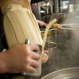 じっくりと成熟したタネを麺包丁で削ると同時に、鍋に飛ばし入れる刀削麺