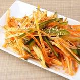 野菜たっぷりの辛味和えは、お酒が進む一品メニュー