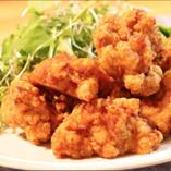 ジューシーな若鶏のから揚げは、とくに宴会で人気の一品です