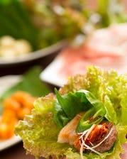 野菜を巻いて食べる豚の焼肉