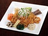 ピリッとした辛さがクセになる野菜たっぷり彩り野菜ビビン麺。