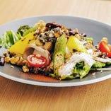サラダチキンと濃厚サワークリームソースのグレインズサラダ