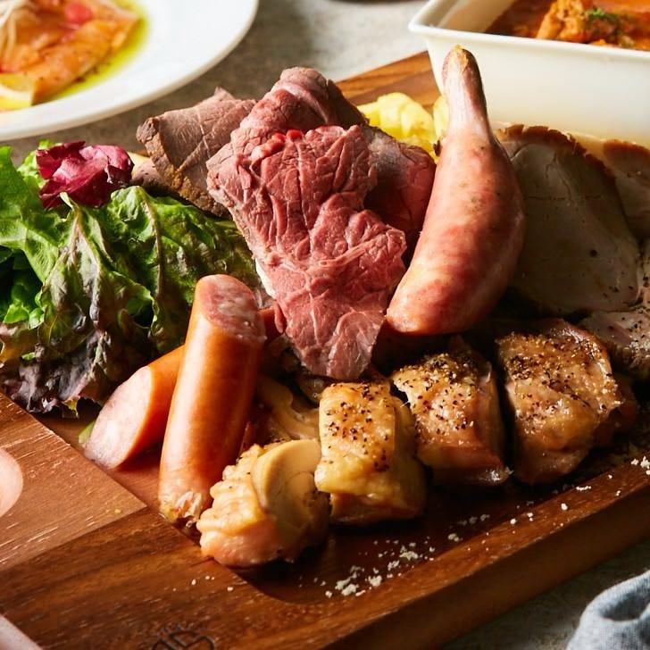 【The MEET】肉好き必見!メインはローストビーフを含む肉盛り合せ♪【7品3500円ソフドリ2H制飲み放題付】
