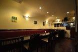 1階席、アットホームで居心地の良い小さなイタリア食堂