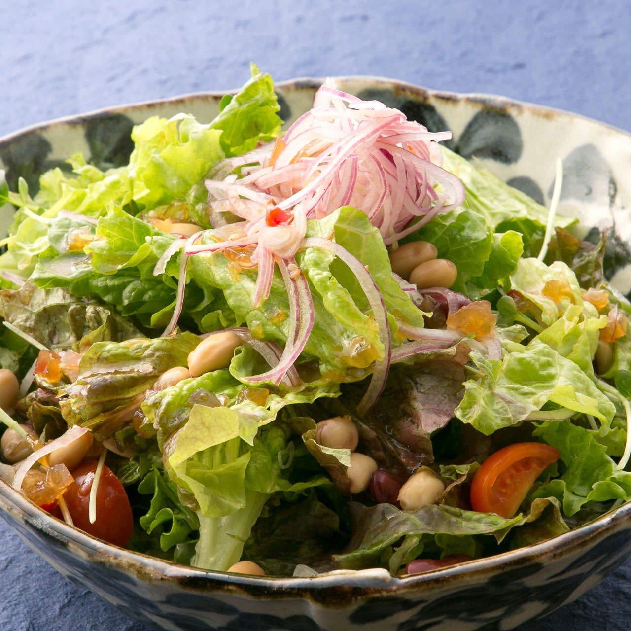 宴会に欠かせないサラダも豊富にご用意。旬のお野菜を活かして