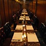人数に合わせて複数のテーブルを繋ぎ、一体感のあるお席をセッティングいたします