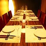 ブラウンを基調としたこちらのテーブル個室は、あたたかみある明かりが上質な雰囲気を醸します