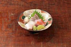 内房金谷から直送鮮魚のお造り。お一人ずつ盛り付け致します。