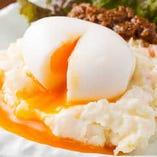 ポテトサラダに馬肉の肉味噌と半熟卵をごちゃ混ぜにしてどうぞ♪