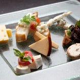 チーズの盛り合わせ (ブルーチーズ・スモークチーズ・クリーム・カマンベール・山羊チーズ)