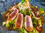 熱々ドレッシングで食べる炙りマグロのサラダ