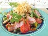 沖縄くんちゃまべーこんとパリパリポテトのシーザーサラダ