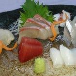 〈刺身〉新鮮なお刺身。焼酎や日本酒と一緒にいかがですか?