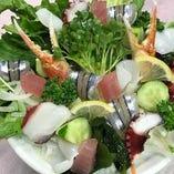 〈サラダ〉お食事の初めの一品といえば、サラダ!一緒にどうぞ。