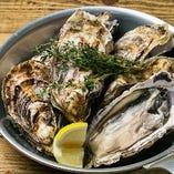 【数量限定!】牡蠣のガンガンバンバン焼き☆一度食べたら病みつきの味!全国のおいしい時期の牡蠣をシンプルに白ワインで蒸し焼きにしています。 プリプリの身は、白ワインやスパークリングワインにぴったりです。