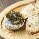 日高産マスカルポーネチーズと黒胡椒のハチミツがけ☆クリームチーズのコクと塩気がハチミツの甘味で増しています!決め手は大量の黒胡椒がピリッと絶妙なアクセント。