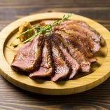 【お手頃価格】豪快200g!鴨肉のロースト 山わさびソースがけ☆普段食べる機会が少ない鴨肉をバンバンではボリュームアップし、驚きの200gでご提供! 山わさびを効かせたソースでお召し上がり下さい。