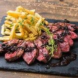 【豪快肉料理!】バンバン!!牛ハラミのステーキ トリュフソース☆極上で柔らかい牛ハラミとトリュフたっぷりのソースは、バンバン料理にふさわしく贅沢な逸品です。