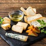 厳選チーズ盛り合わせ☆シェフが厳選したチーズを盛り合わせにしています。ウォッシュチーズは軽めの赤ワイン、自家製燻製チーズは生ビール、ブルーチーズは重ための赤ワイン、フルーツクリームチーズは男前スパークリングワインに良く合います!!