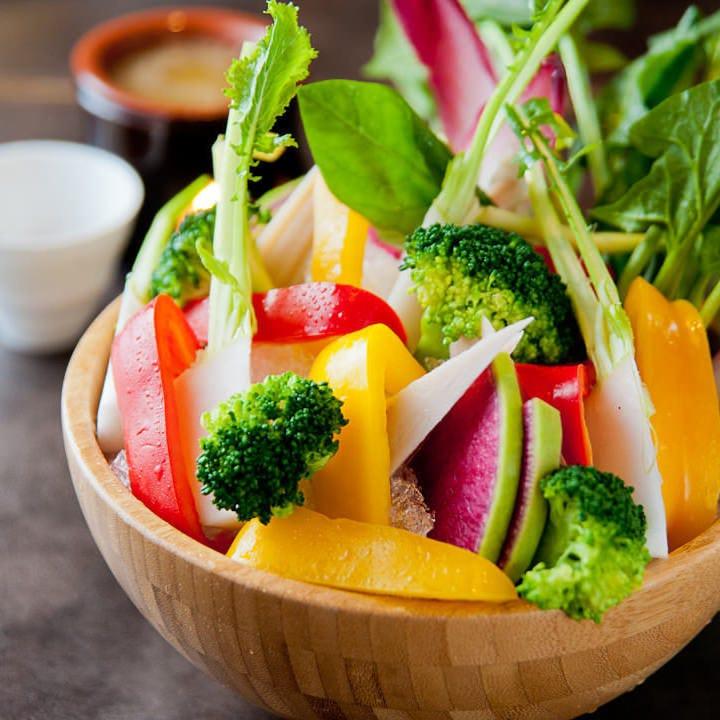 名物料理は10種野菜のバーニャカウダ