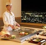 厳選した食材を目の前の鉄板で調理