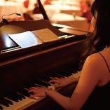 ピアノの音色が心地よく響き渡る店内でお食事をお愉しみください