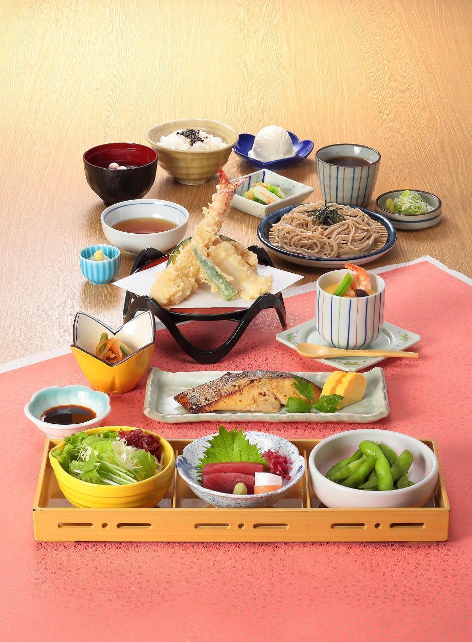 大海老天ぷら盛合せや石挽そばなど当店自慢の和食をリーズナブルに堪能『嵯峨味 梅コース』