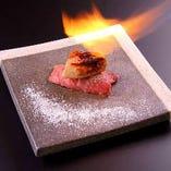 贅沢ロッシーニ寿司!特選赤身肉の上にフォアグラをのせた逸品。