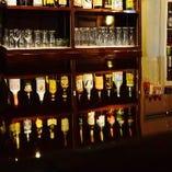 カウンターの先にはお酒のボトルがずらりと並んでいます