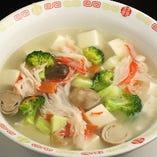 優しい味で人気の「五色豆腐スープ」。スープ類も多彩にラインナップ
