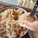 職人が一つ一つ丁寧に包み上げる自家製餃子は海老が入っており、プリッとした弾力に富んだ食感が人気。一晩で7皿注文いただいたお客様も…
