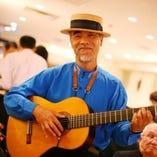 毎週第4金曜日は、ジジ小林によるカンツォーネの生演奏がディナータイムにあります。