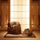 パワースポット的存在の石庭を通り、お席までご案内いたします
