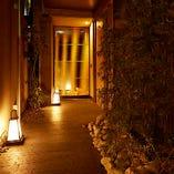のれんの先には行灯が並ぶ幻想的な通路が広がり、隠れ家的な雰囲気が自慢です