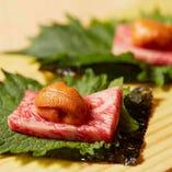炙ったA5サーロインと濃厚ウニを、大葉と韓国海苔で包んで味わう「炙り肉うに」