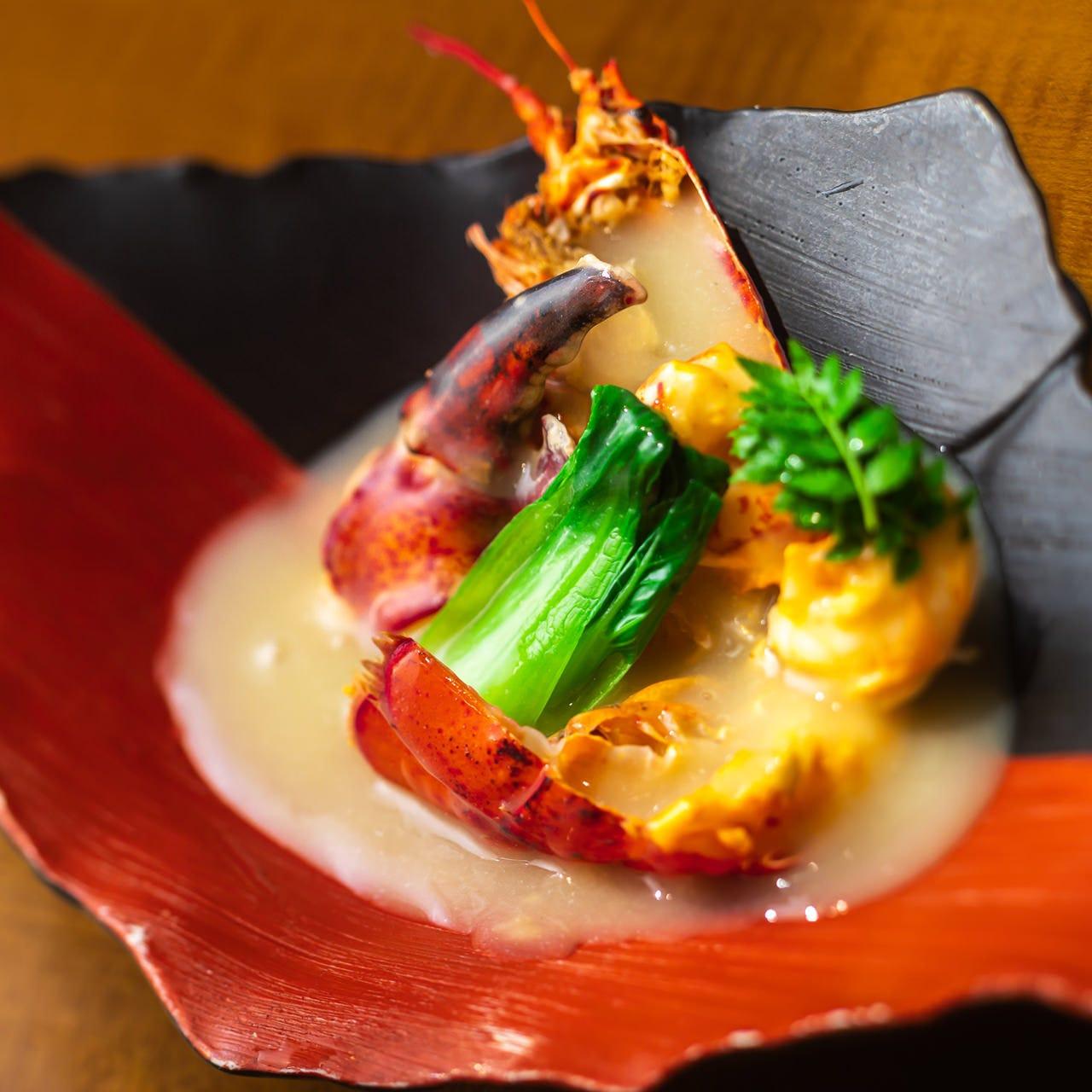 オマール海老を白ミソで炊いた「具足煮」は柚子香る贅沢な一皿