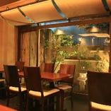 テーブル席(庭を見渡せる席で、お気に入りの焼酎・日本酒と共にお寛ぎ下さい)