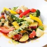 旬の野菜を使った「産直野菜のサラダ」
