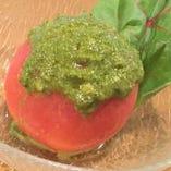 旨味と甘味溢れるトマトで仕立てた「産直まるごとトマト バジルソースで」