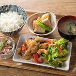 ご飯とスープ(味噌汁)おかわり自由「今週のランチ」