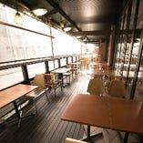 通りに面したテラスはビジネス街らしからぬ開放的な空間です