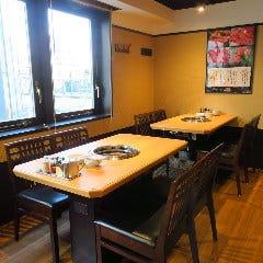 テーブル席 4名席 (横並びで8名様までのご利用ができます)